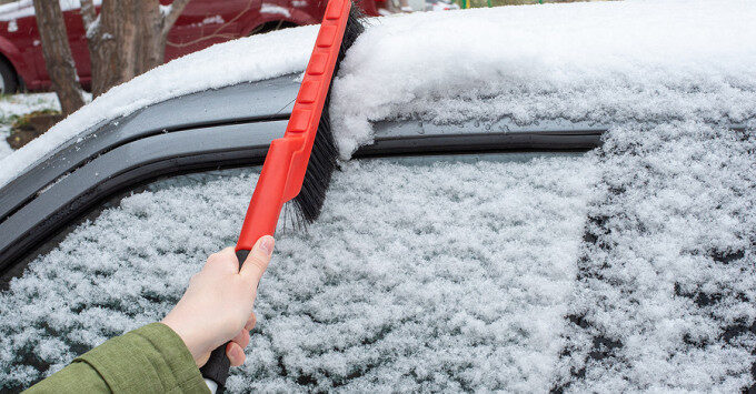 learing snow from windshield